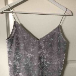 Ett silvrigt linne med spaggettiband, priset går att diskutera, för mer bilder och info kontakta mig!!💞