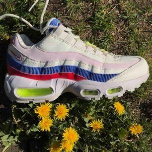 Nike air max 95 i använt skick men ändå superfina! De är också väldigt sköna kan gå ner i pris vid snabb affär!🌿 Nypris: 1600kr