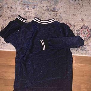 Långärmad tröja från SistersPoint. Mörkblå glittrig, men lite mer klarblå än vad bilderna visar!