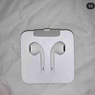 Helt oanvända iPhone 7,8,x hörlurar funkar såklart till iPhone 6 också. Originalpris 300kr, säljer på grund att jag själv har AirPods:) därför det står eb.bloppis i hörnet är för jag hade en bloppis ig förut!