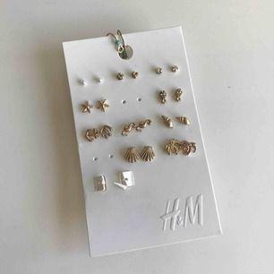 Säljer ett gäng med små örhängen som inte är använda.  Frakt: 10kr.