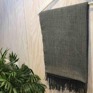 Grå halsduk! Tror den är från H&M😊 Kan mötas upp i Stockholm eller posta, köpare står då för frakt. Kika gärna på mina andra grejer, har haft stor garderobsrensning 😁