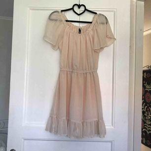 Söt klänning från HM. Perfekt nu till skolavslutningar osv. Resår under bysten. Använd två gånger, så i nyskick🌸 Frakt: 35kr.