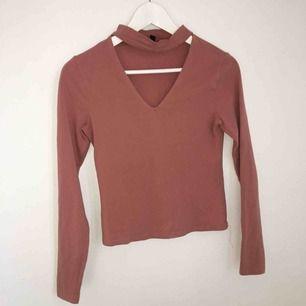 Säljer min fina V-ringade tröja för 150kr inkl frakt. Använd ungefär 2 gånger, fint skick! Kommer med en slags chocker som sitter fast i tröjan.