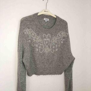 """En skön """"ull"""" tröja från BikBok balance. Köpt för 300kr, säljer för 200kr inkl frakt. Sticks inte pågrund av att det ej är riktig ull, paljetter ovanför bröstet."""