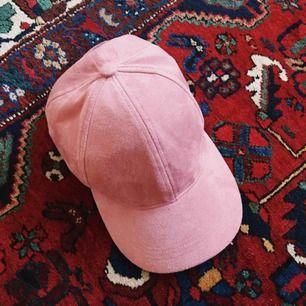 Rosa keps i fake mocka, spänne bak. Aldrig använd. Möts upp i Sthlm eller skickas mot frakt 😊