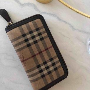 Äkta burberry plånbok, köpt för 4 år sedan men i väldigt bra skick, kvitto finns inte men äkthets bevis finns