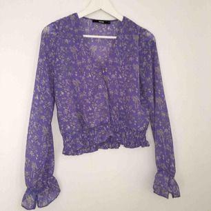 Skön lila blus med blommor och V-ringning från BikBok. Köpt för 250kr, säljer för 150kr inkl frakt.