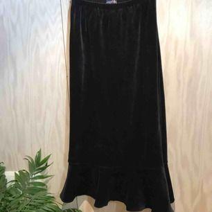 Super fin kjol i sammetstyg med volang nedtill. Har resår i midjan så passar flera storlekar 😊 Kan mötas upp i Stockholm eller posta, köpare står då för frakt. Kika gärna på mina andra grejer, har haft stor garderobsrensning 😁