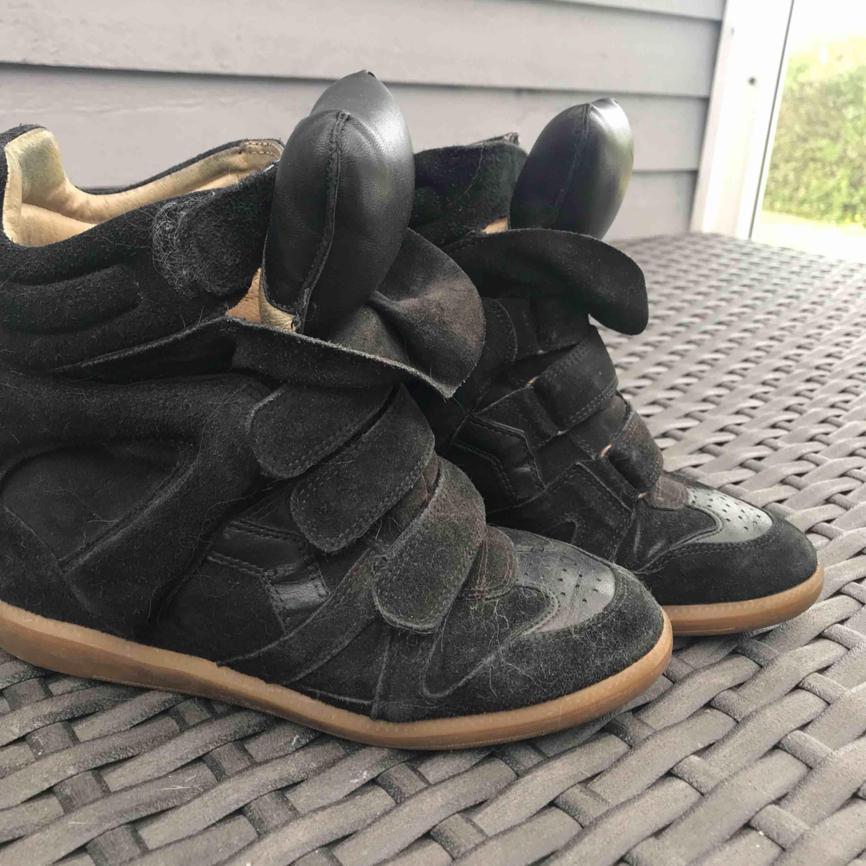 Säljer mina väl använda och äkta Isabel Marants skor. Dessa är såå snygga!!  . Skor.