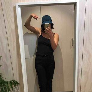 Solhatt i jeanstyg från Monki 😊 Kan mötas upp i Stockholm eller posta, köpare står då för frakt. Kika gärna på mina andra grejer, har haft stor garderobsrensning 😁
