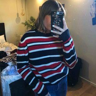 Stickad tröja i killmodell, jättemysig och väldigt bra skick då den är använd fåtal gånger. Frakten är gratis.