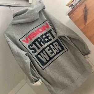 Hoodie från vision street wear, mycket bra skick, använd 2-3 gånger. Strl XL. Köparen står för frakten.