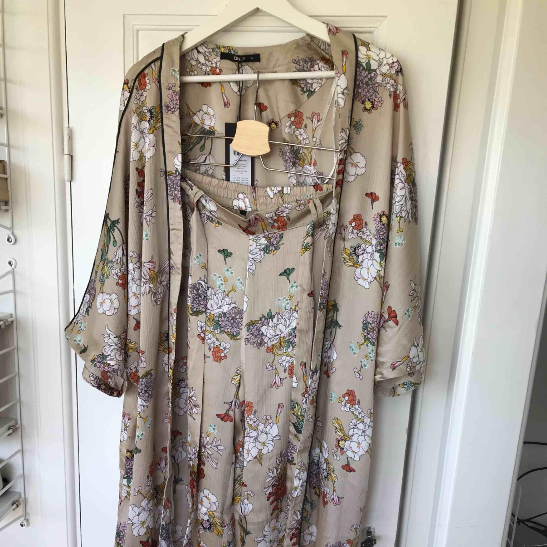 Nytt set från only byxa och kimono säljes endast ihop. Strl 38 på både över och underdel. Nypris 600kr aldrig använt, tags kvar.inkl frakt. Kostymer.