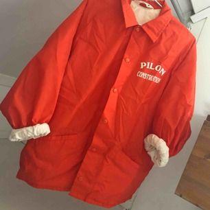 Coach jacka köpt second hand i London, vintage. Strl L, mycket fint skick. Köparen står för frakt.