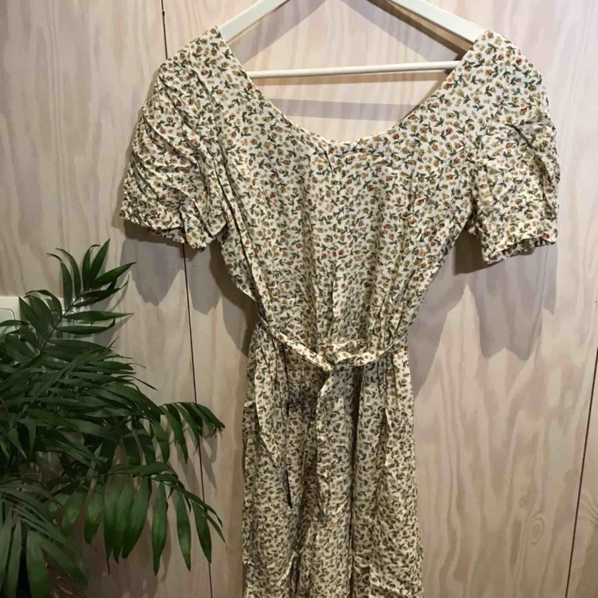 Somrig blommig byxdress, perfekt till sommaren 😊 Kan mötas upp i Stockholm eller posta, köpare står då för frakt. Kika gärna på mina andra grejer, har haft stor garderobsrensning 😁. Kostymer.