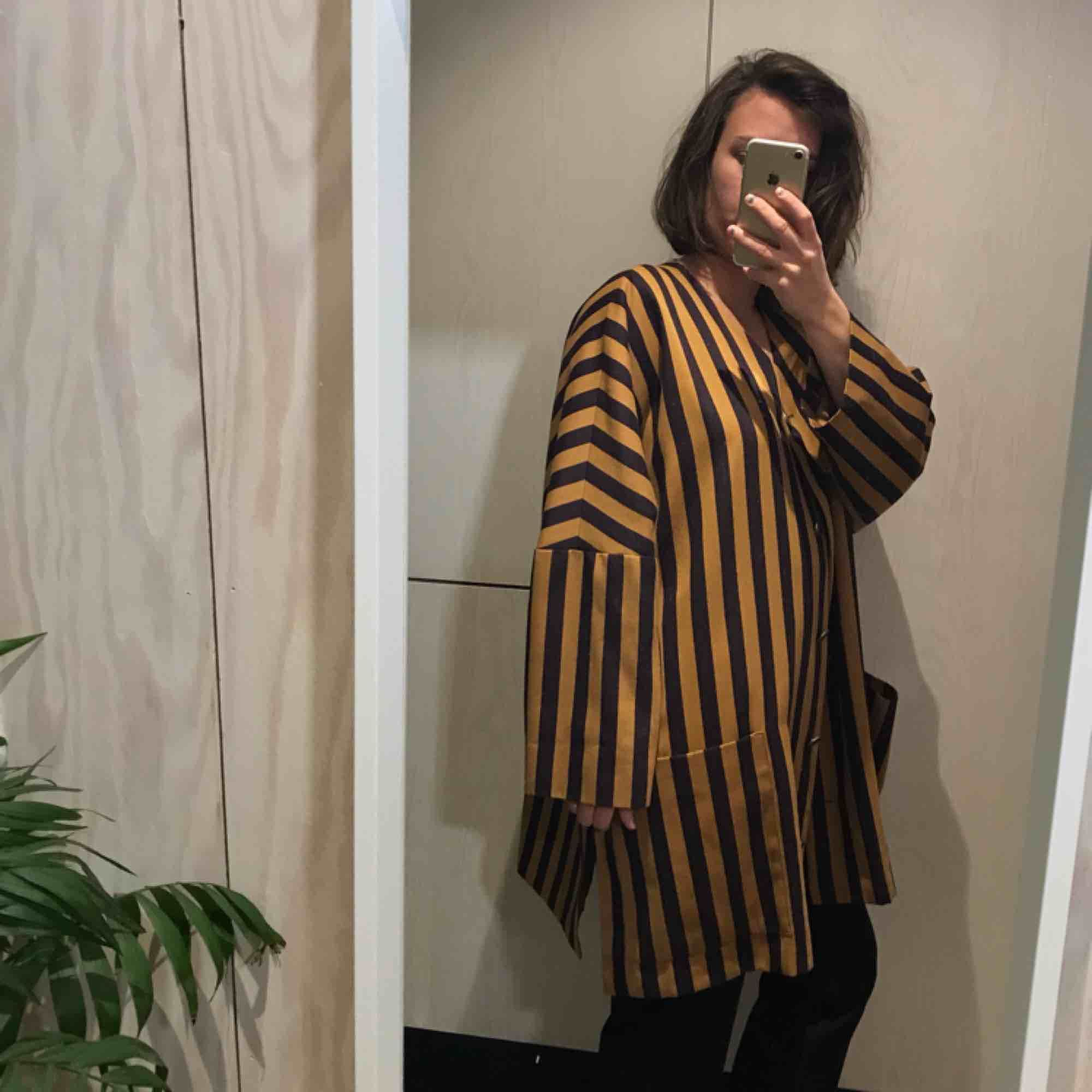 Oversize jacka/kavaj 😊 Kan mötas upp i Stockholm eller posta, köpare står då för frakt. Kika gärna på mina andra grejer, har haft stor garderobsrensning 😁. Kostymer.