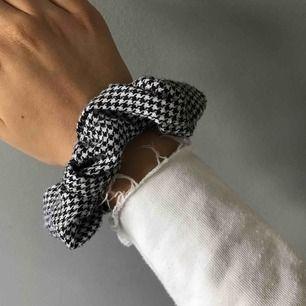 Rutig scrunchie från glitter, köptes för 50kr 🤘🏼🤘🏼🤘🏼 säljer för att jag har två likadana