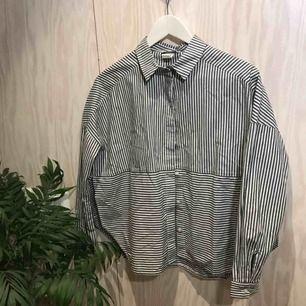 Randig skjorta med slits på båda sidorna 😊 Kan mötas upp i Stockholm eller posta, köpare står då för frakt. Kika gärna på mina andra grejer, har haft stor garderobsrensning 😁
