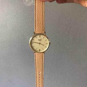 Asfin klocka från regal (urr o penn). Köptes för 500kr i think i somras men säljes pga använder aldrig⚡️⚡️har gjort ett eget hål (se bild kmr 2) men inget man tänker på när man har på sig klockan!
