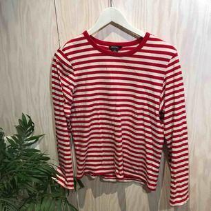 Rödrandig tröja från Monki 😊 Möts gärna upp i Stockholm men postar självklart också om nödvändigt, köpare står då för frakt 😊 Kika gärna på mina andra grejer, har haft en stor garderobsrensning så finns mycket att fynda 😁