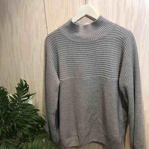 Stickad grå tröja från Monki 😊 Möts gärna upp i Stockholm men postar självklart också om nödvändigt, köpare står då för frakt 😊 Kika gärna på mina andra grejer, har haft en stor garderobsrensning så finns mycket att fynda 😁