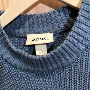 Ljusblå stickad tröja från Monki 😊 Har ett litet hål vid ena axeln men går nog lätt att fixa 😊 Möts gärna upp i Stockholm men postar självklart också om nödvändigt, köpare står då för frakt 😊