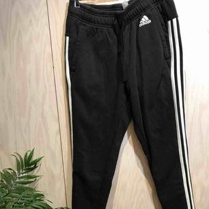 Adidas byxor 😊 Möts gärna upp i Stockholm men postar självklart också om nödvändigt, köpare står då för frakt 😊 Kika gärna på mina andra grejer, har haft en stor garderobsrensning så finns mycket att fynda 😁