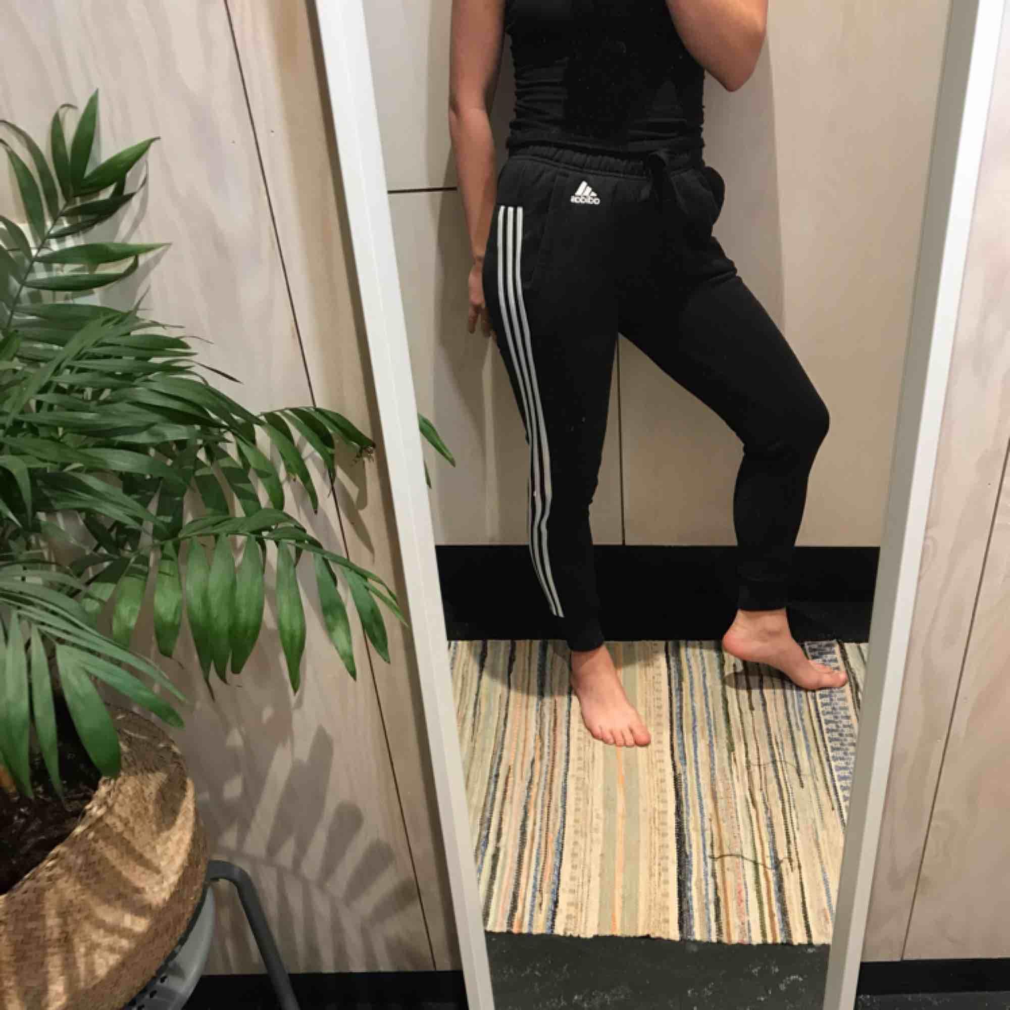 Adidas byxor 😊 Möts gärna upp i Stockholm men postar självklart också om nödvändigt, köpare står då för frakt 😊 Kika gärna på mina andra grejer, har haft en stor garderobsrensning så finns mycket att fynda 😁. Jeans & Byxor.
