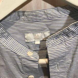 Skjorta från Cos 😊 Möts gärna upp i Stockholm men postar självklart också om nödvändigt, köpare står då för frakt 😊 Kika gärna på mina andra grejer, har haft en stor garderobsrensning så finns mycket att fynda 😁