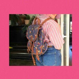 En jättefin ryggsäck med ugglor på! Sällan använd då har köpt en ny så därför ska jag sälja denna nu:)) Rymmer mer än vad man tror och är perfekt nu till sommaren! Frakten ingår i priset☺️❤️
