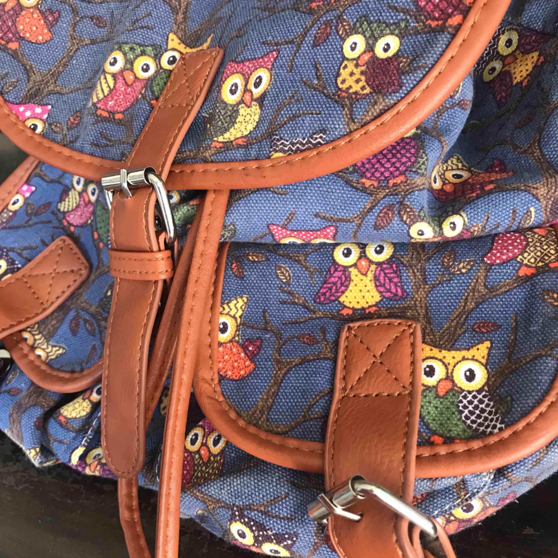 En jättefin ryggsäck med ugglor på! Sällan använd då har köpt en ny så därför ska jag sälja denna nu:)) Rymmer mer än vad man tror och är perfekt nu till sommaren! Frakten ingår i priset☺️❤️. Väskor.