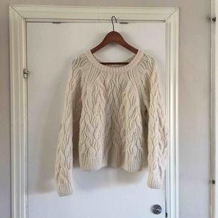 Mjuk och go stickad tröja från HM. 63% akryl 32% polyamid 5% ull. 50kr frakt eller mötas i Göteborg .