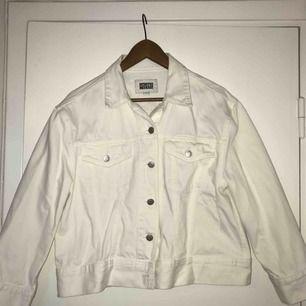Supersnygg vit jeansjacka i oversizemodell från Weekday! Köpt för två år sen men använd max 5 ggr. (Den är helvit utan fläckar, ljuset la till lite skuggor)