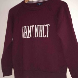 Vinröd Gant tröja, knappt använd, köparen står för frakten:))