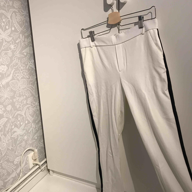 Väldigt sköna byxor från zara, känns typ som bjukosbyxor och sitter väldigt bra. svart rand på sodan av benet De är skrynkliga på bilden för de har legat i garderoben då jag inte använda dem på länge. Jeans & Byxor.