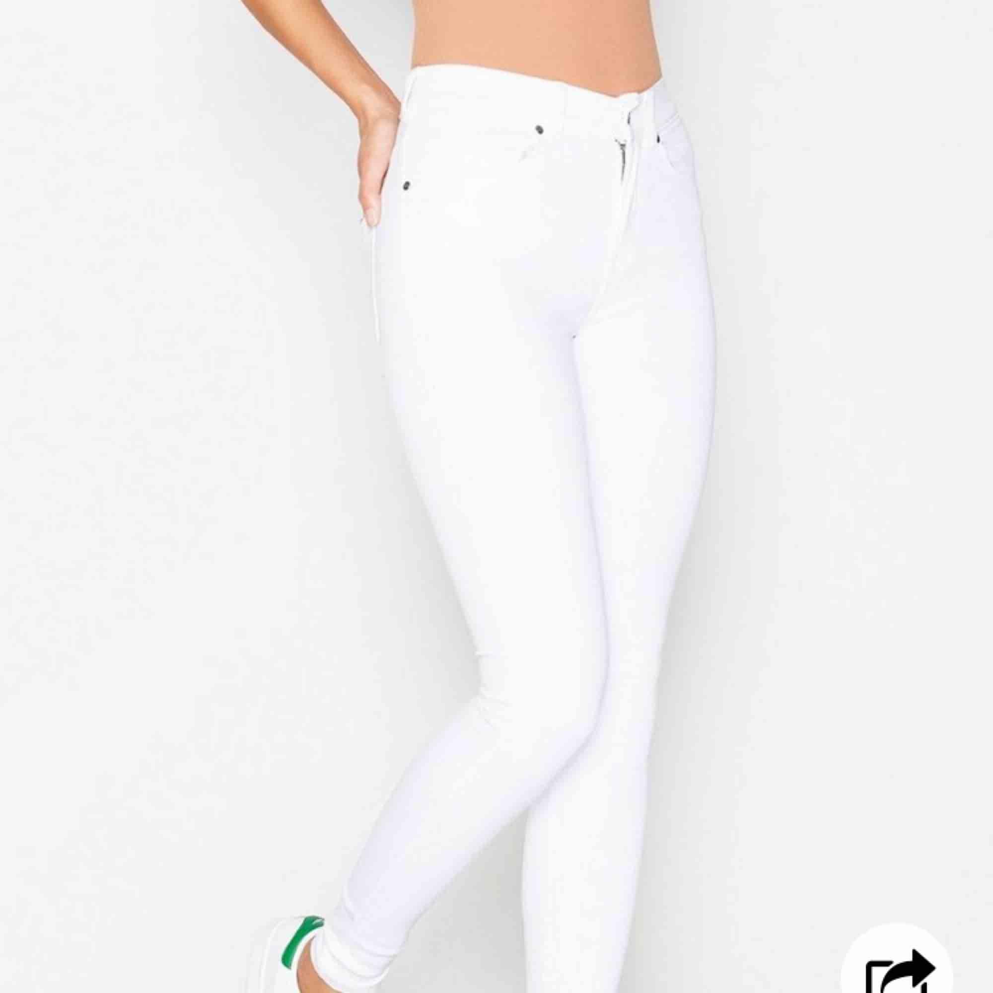 Ett par stilrena dr denim plenty jeans, sitter tight och snyggt överallt!! I väldigt bra skick! För mer bilder och info kontakta mig!!. Jeans & Byxor.