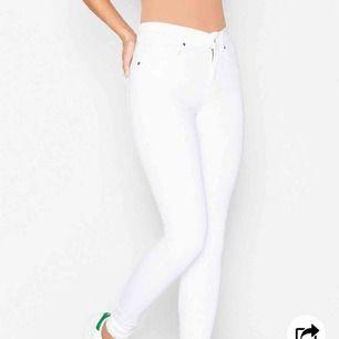 Ett par stilrena dr denim plenty jeans, sitter tight och snyggt överallt!! I väldigt bra skick! För mer bilder och info kontakta mig!!