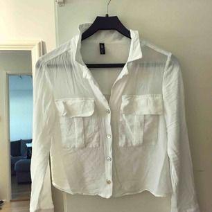 Säljer två blusar från Zara, endast använda 1 gång (är tvättade)  Storlek s i båda och de är typ linne material ish!! Super fräscha o har snygga detaljer så som fickor vid bysten och knapparna!  Säljer tsm 400kr!