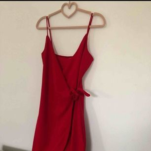 Röd omlottklänning i storlek S, aldrig använd  Möts upp i Stockholm eller så betalar köparen frakten 😁