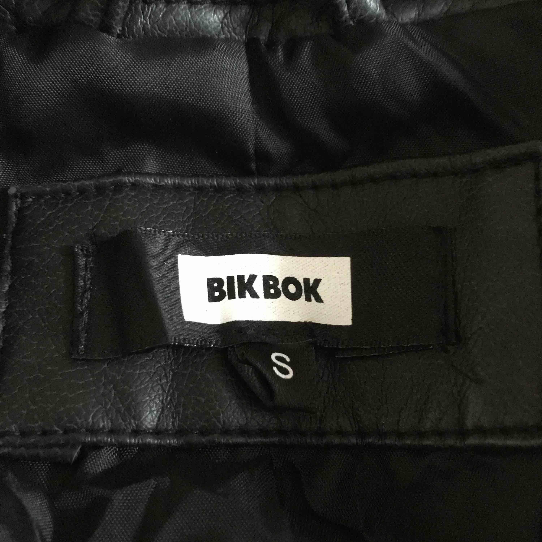 Skitfin skinnjacka ifrån BikBok i storlek s men passar även XS. Har aldrig använt den och ser helt ny ut. Dessutom  har den stora fickor😏 fraktkostnad står köparen men vid snabb affär kan vi dela på frakten. Jackor.