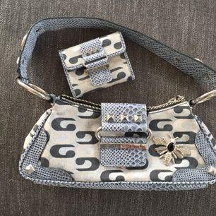 Jätte fin liten väska, köpt från GUESS. Väl använd. Du får med en liten plånbok tillhörande till väskan! Frakt tillkommer annars möts jag upp i sthlm💞