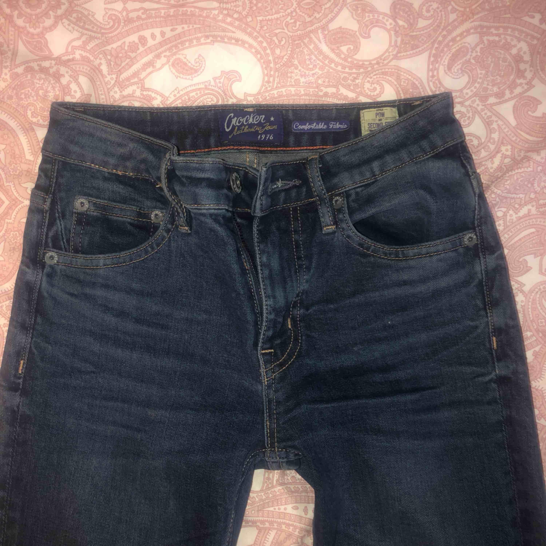 Superfina crocker-jeans som knappt är använda då de är lite för små för mig! Modellen är POW second skin och passformen är tight! Rekommenderar verkligen!  W26 L32  Står ej för fraktkostnad 💞. Jeans & Byxor.