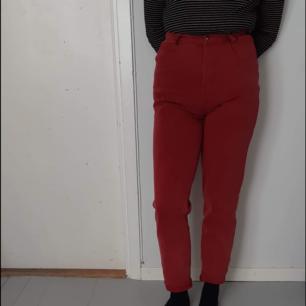 Jätte fina röda highwasted jeans. Köpta på #spadermadam (vintage butik i Dalarna, vikarbyn). Innan dess vet jag ej vart de är ifrån men skulle gissa att de e en 50/60- tals modell dam byxa.  De är ganska tajta på mig i midjan men om du är smalare i midjan än mig tror jag att dom skulle sitta perfekt.  Köparen betalar frakt. Kan även mötas upp i Växjö området eller Malmö.