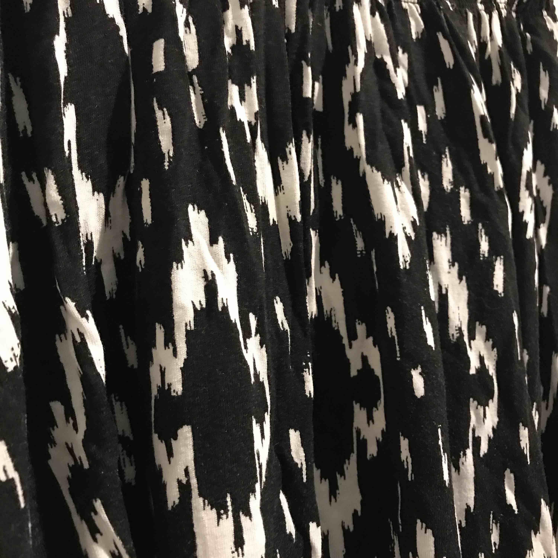 Fin kjol i svartvitt mönster  Använd ca 5 gånger. Kjolar.