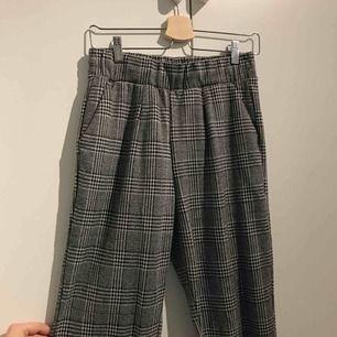 Byxor köpta på vero Moda  Sparsamt använda och supermysiga i materialet. Fickor fram och resår i midjan
