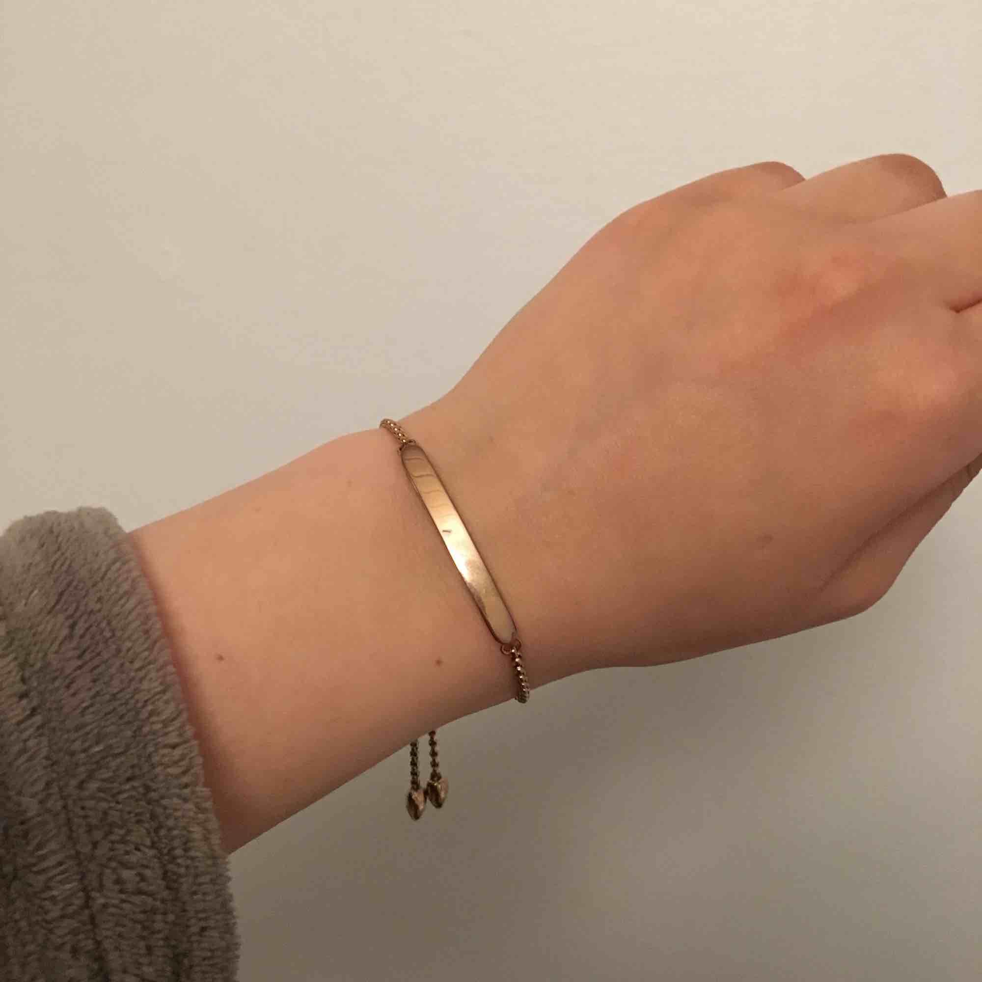 Super gulligt armband från okänt märke. Färgen är guld/ roséguld, kan inte avgöra. Säljer pågrund av ingen användning. Nypris 200kr, säljer för 100kr inkl frakt!. Accessoarer.