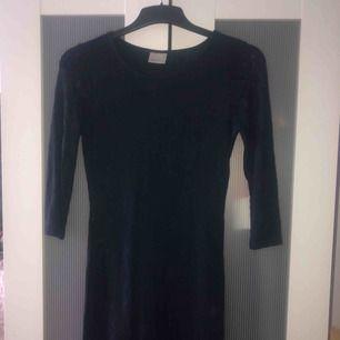 Mörkblå spetsklänning ifrån Vero Moda💞 knappt använd och ser relativt ny ut!