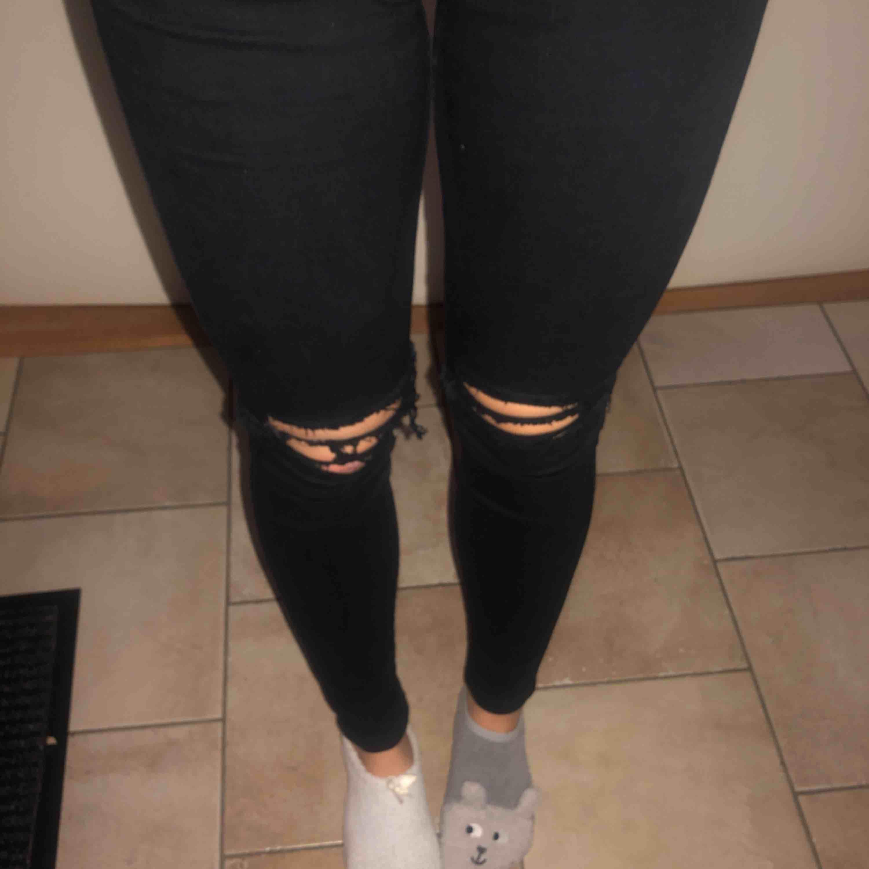 """Jeans från Dr. Denim - superfina och sköna! De är svarta och har hål (/är """"ripped"""") vid knäna! Tight passform. Jeans & Byxor."""