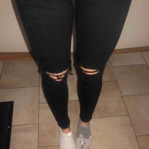 """Jeans från Dr. Denim - superfina och sköna! De är svarta och har hål (/är """"ripped"""") vid knäna! Tight passform"""